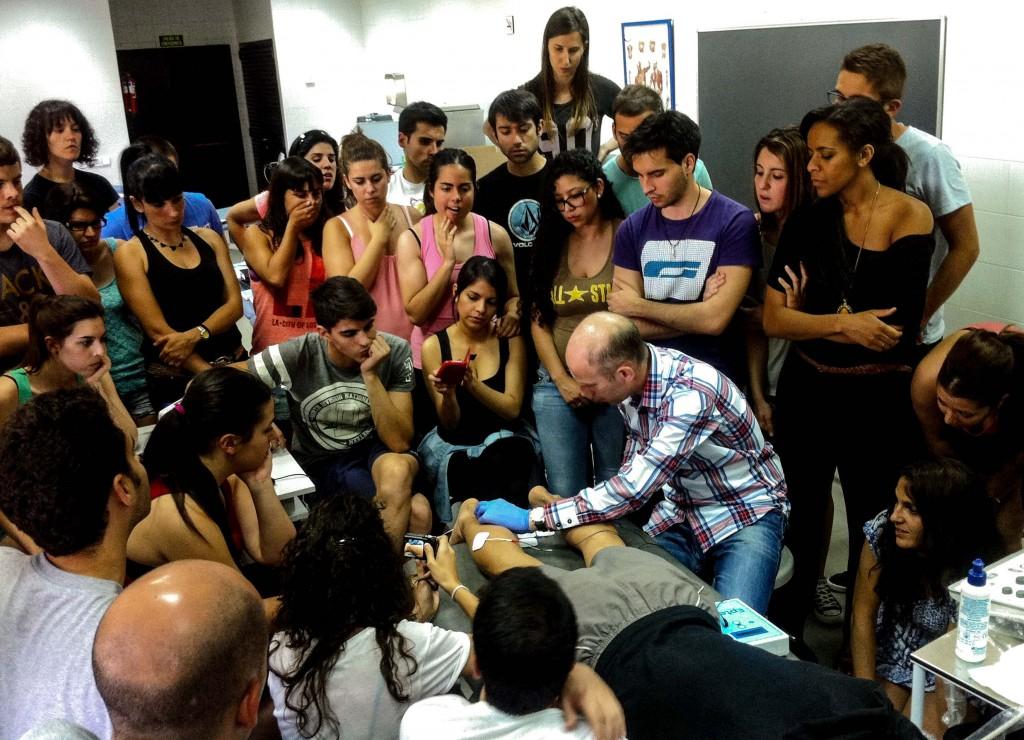 Alumnos atentos a un tratamiento con EPTE en tendón de Aquiles