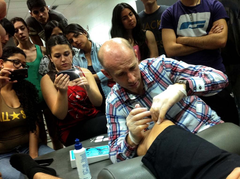 El fisioterapeuta Sebastián Truyols aplica la electroterapia con EPTE en un paciente aquejado de tendinitis rotuliana