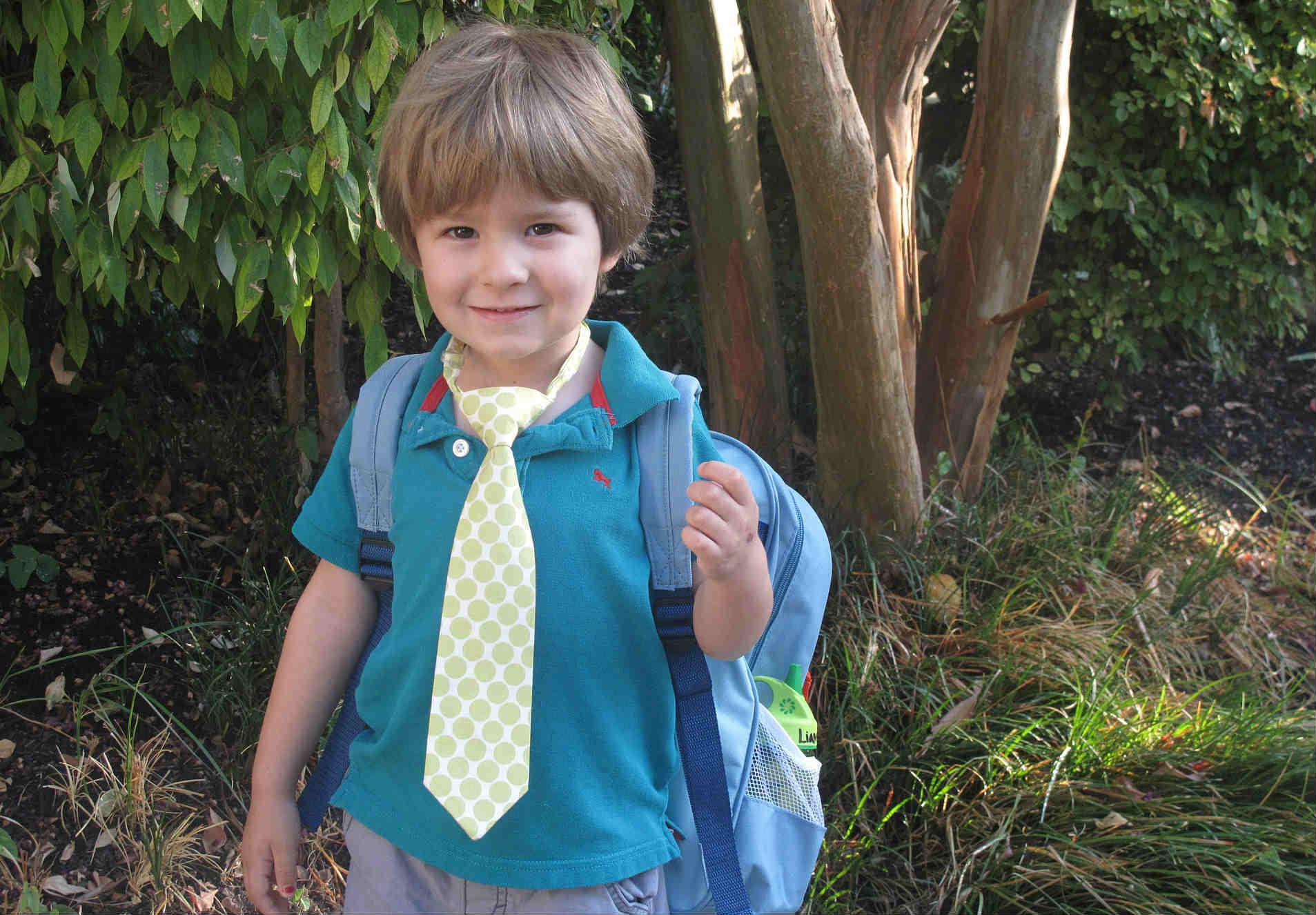 Niño en edad escolar con mochila