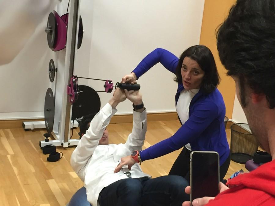 entrenamiento isoinercial marcando el ejercicio abdominal