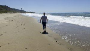 camminare sulla sabbia in spiaggia